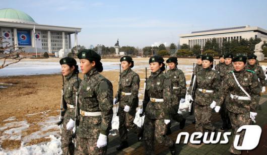 [사진]여군 의장대, 대통령취임식 준비중