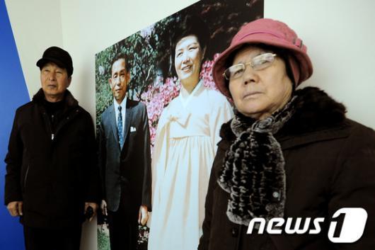 [사진]박정희·육영수 부부와 기념촬영 하는 시민들