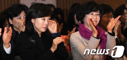 [사진]올해 여성운동상 수상소감 듣고 눈물 흘리는 조윤선