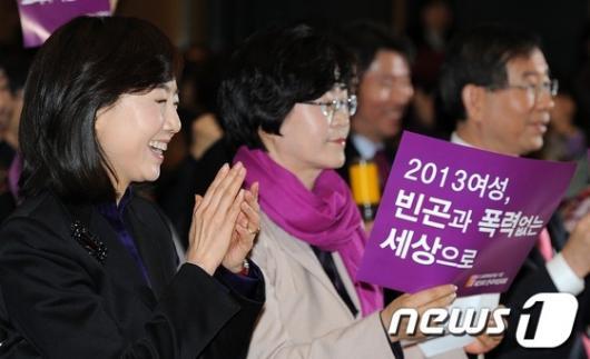 [사진]박수치는 조윤선 여성가족부 장관 후보자