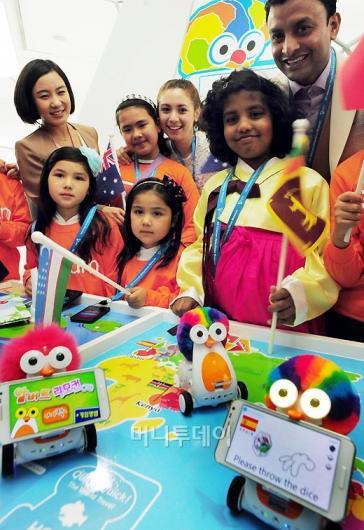 [사진]지구촌학교 어린이들, SK텔레콤 방문해 스마트 로봇 체험