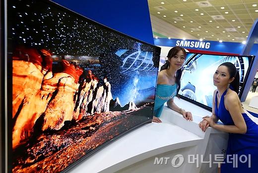 [사진]월드IT쇼에서 선보이는 삼성 곡면 올레드 TV