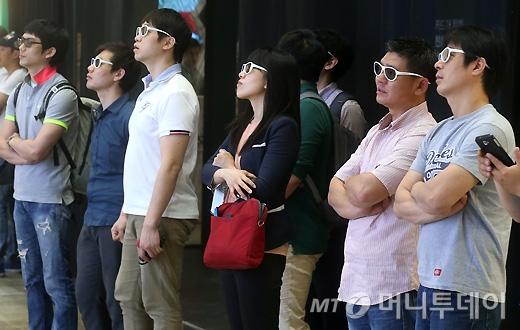 [사진]3D 스마트TV 체험하는 관람객들