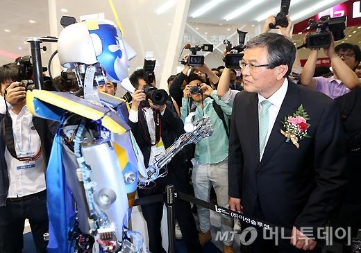 [사진]로봇 살펴보는 최문기 장관