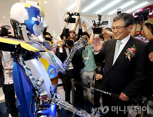 [사진]로봇과 인사 나누는 최문기 장관