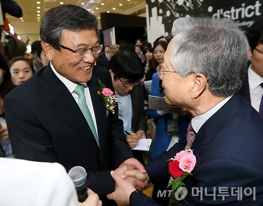 [사진]악수 나누는 최문기 장관-이석채 회장