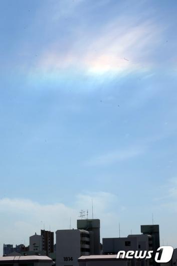 """[사진]하늘에 나타난 """"무지개 구름"""""""