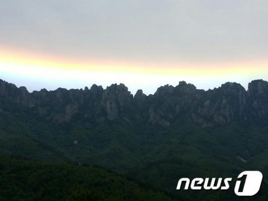 """[사진]울산바위와 어울리는 """"무지개 구름"""""""