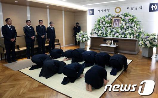 [사진]故 김윤남씨 빈소, 조문하는 손주들