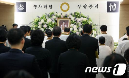[사진]열반식 거행되는 故 김윤남 씨 빈소
