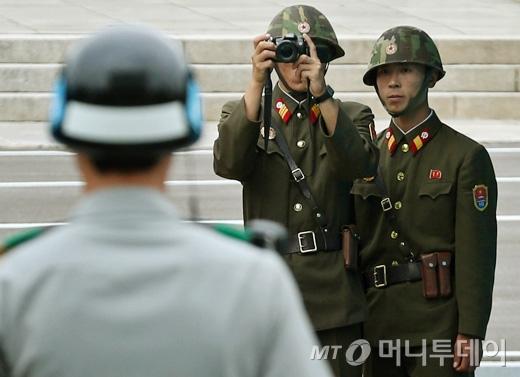 [사진]사진 찍는 북한군