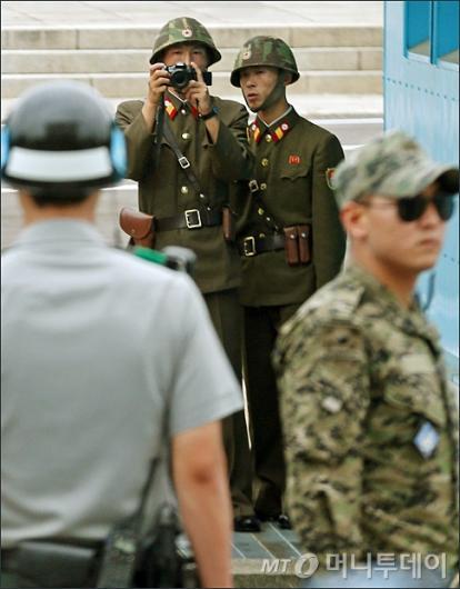 [사진]남쪽이 궁금한 북한군인들