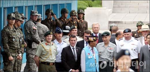 [사진]사진 찍는 북한 초병들