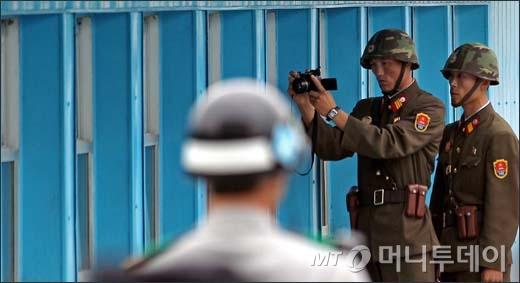 [사진]사진 찍는 북한군인들