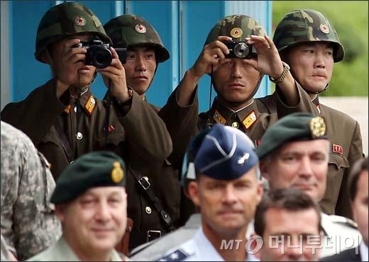 [사진]남측이 궁금한 북한초병들