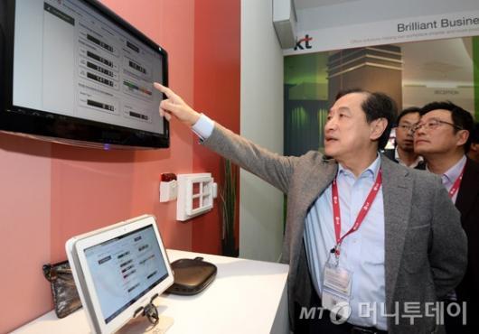 [사진]KT 부스 둘러보는 이상철 부회장