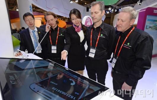 [사진]韓·中·日 LTE 로밍 서비스 체험하는 관람객들