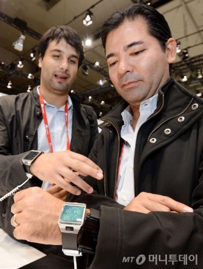 [사진]갤럭시 기어2 체험하는 관람객들