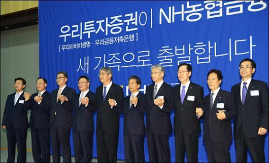 [사진]손 맞잡은 NH농협증권-우리투자증권