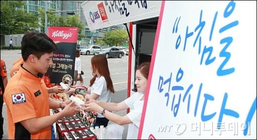 [사진]농심켈로그, '아침을 먹읍시다' 소방대원들 응원!