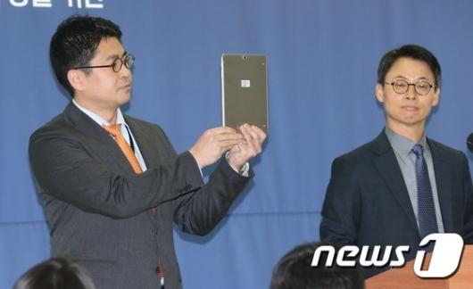 [사진]태블릿PC 공개하는 특검