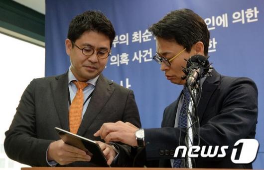 [사진]태블릿PC보며 대화하는 이규철-홍정석