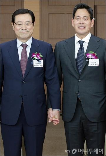 [사진]손 잡은 이용섭 부위원장-정용진 부회장