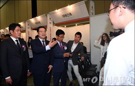 [사진]채용박람회 참석한 이용섭 부위원장