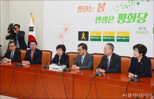 [사진]민평당 찾은 추경 관계부처 장관들