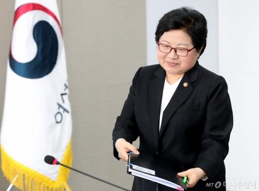 [사진]회의 참석하는 정현백 장관