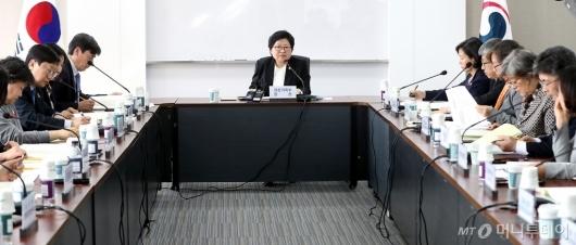 [사진]회의 주재하는 정현백 여가부 장관
