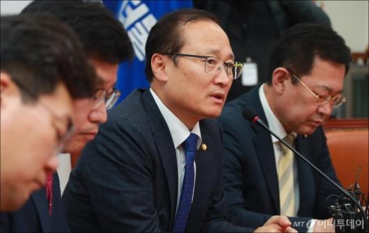 [사진]한국지엠 임단협 관련 답변하는 홍영표 환노위원장