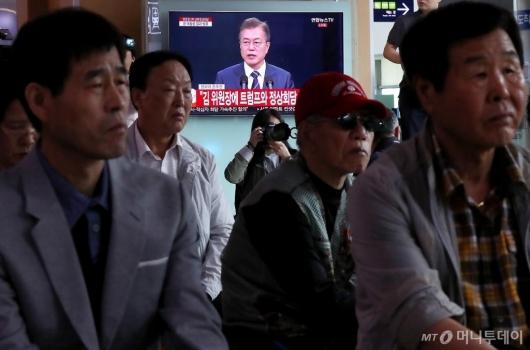 [사진]문 대통령 2차 남북정상회담 발표에 집중
