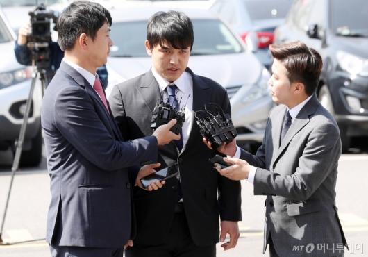 [사진]취재진에 답하는 성폭행혐의 넥센 박동원