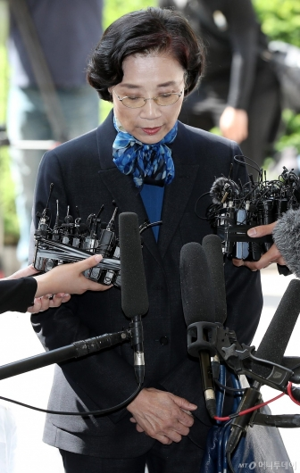 [사진]고개 떨구는 이명희 이사장