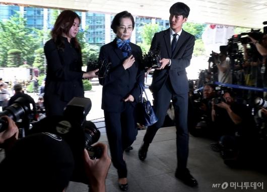 [사진]경찰 출석하는 '갑질 의혹' 이명희 이사장