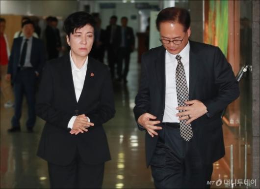 [사진]최저임금 관련 긴급회의 참석하는 김영주 노동부 장관