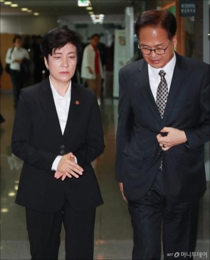 [사진]최저임금 긴급회의 참석하는 김영주 노동부 장관