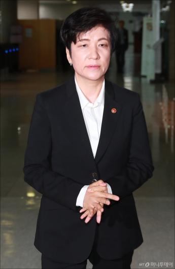 [사진]최저임금 긴급회의 참석하는 김영주 장관