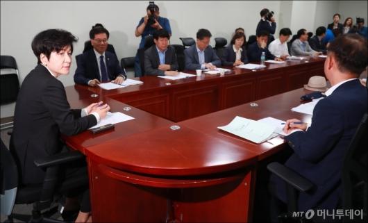 [사진]김영주 장관, 최저임금 긴급현안 대책회의 참석