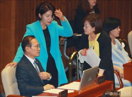 [사진]대화하는 홍영표-한정애-진선미