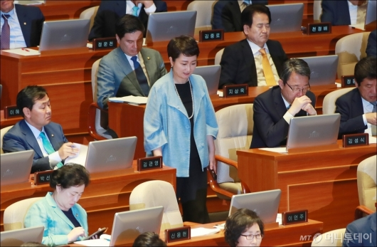 [사진]국회 본회의 출석한 이언주