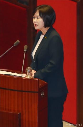 [사진]최저임금법 개정안 반대토론하는 이정미 대표