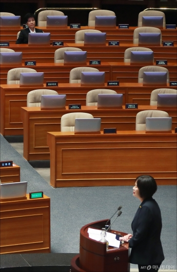 [사진]반대토론 듣는 김영주 노동부 장관