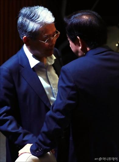 [사진]최저임금법 표결 앞두고 대화하는 김동철-김성태