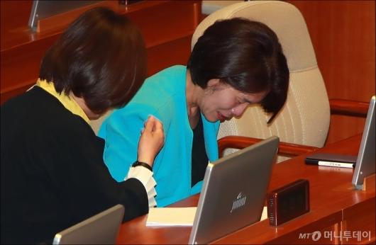 [사진]'최저임금법 개정안 통과' 눈물 흘리는 한정애 의원