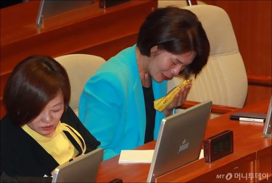 [사진]최저임금법 개정안 국회 통과...눈물 흘리는 한정애