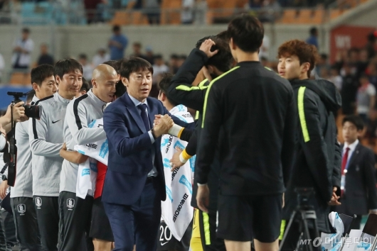 [사진]선수들과 기뻐하는 신태용 감독
