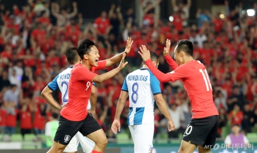 [사진]첫 골에 기뻐하는 이승우-문선민