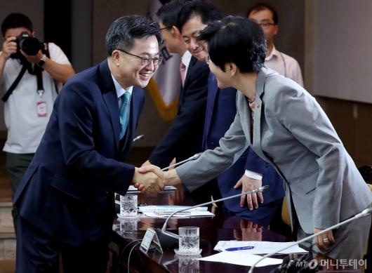 [사진]악수 나누는 김동연 부총리와 김영주 장관